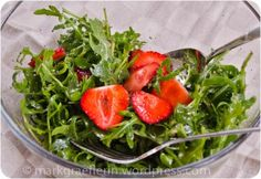 Rucola-Salat mit Erdbeeren und Balsamico Dressing