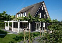 Eigentijdse pannengedekte villa met stucwerk en donkere kozijnen te veenendaal 01architecten - Huis buitenkant ...