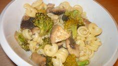 pasta with brocoli, mushrooms and creamy soas. Stuffed Mushrooms, Pasta, Diet, Meals, Ethnic Recipes, Fitness, Stuff Mushrooms, Meal, Banting
