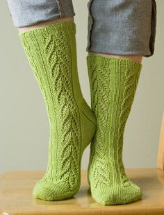 симпатичные зелёные носки с узором листочками