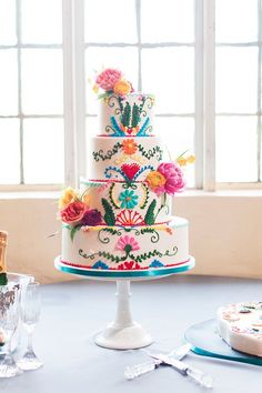 Colourful fiesta wedding inspiration with a Mexican inspired festive wedding cake. Photo by Ely Fair Photography Pretty Cakes, Beautiful Cakes, Amazing Cakes, Mexican Birthday, Mexican Party, Mexican Fiesta Cake Ideas, Mexican Themed Cakes, Mexican Cakes, Fiesta Theme Party