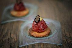 Savarin de carne crua com mostarda Dijon e raspa de trufas negras| Menu Ferradurinha [ Arte Búzios Gastronomia ]