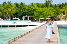 Nicole Warne in Alice McCall top and skirt, Eugenia Kim hat, Chanel bag, Ancient Greek sandals - In Maldives. (December 2015)