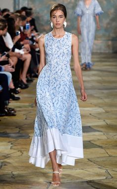 Tory Burch from Best Looks at New York Fashion Week Spring 2016 outfits style summer teenage frauen sommer for teens outfits Summer Dress Outfits, Casual Dress Outfits, Summer Fashion Outfits, Spring Summer Fashion, Trendy Fashion, Runway Fashion, Fashion Dresses, Spring 2016, Fashionable Outfits