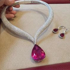 If you want to buy or collect vintage costume jewelry, learn what to look for and where to look. There is something for who is interested in vintage jewelry. Ruby Jewelry, High Jewelry, Jewelry Sets, Gold Jewelry, Jewelry Necklaces, Ruby Necklace, Jewelry Holder, Stone Necklace, Bling Bling