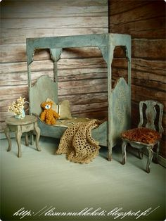 Lissun nukkekoti, Lissu's dollhouse Miniature Dollhouse Furniture, Miniature Houses, Miniature Dolls, Rustic Shabby Chic, Shabby Chic Style, Barbie Miniatures, Dollhouse Miniatures, Rustic Bedding, Rustic French