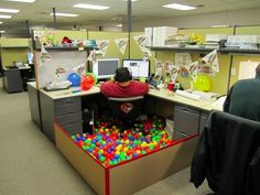 Funny pictures about Birthday office decoration. Oh, and cool pics about Birthday office decoration. Also, Birthday office decoration. Office Cube, Cool Office, The Office, Office Ideas, Future Office, Desk Ideas, Black Office, Birthday Pranks, Birthday Ideas
