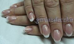 Paznokcie żelowe migdałki - końcówka french z delikatnym złotym brokatem http://esteraowczarz.blogspot.com/2014/03/ponadczasowy-french-manicure.html