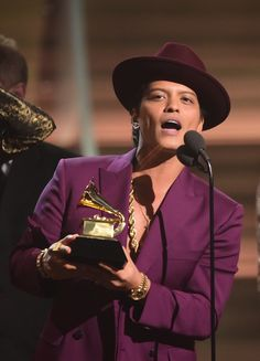 Bruno Mars holds up the award for the Record of the Year, Uptown Funk onstage during the Annual Grammy music Awards in Los Angeles February Celebrities of color Bruno Mars Awards, Bruno Mars Grammys, Record Of The Year, Album Of The Year, Uptown Funk, Mark Ronson, Women In History, Celebs, Men Styles