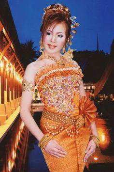 Cambodian People, Cambodian Art, Renaissance Clothing, Renaissance Outfits, Thai Dress, Traditional Dresses, Sari, Culture, Costumes