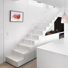 Midt i København har arkitekterne Nils Holscher og Claus Sivager bygget et prisvindende hus til dem selv og deres familier. På husets 4. og 5. sal – og omgivet af glas – bor Claus Sivager med sin kone Carina Jo Sivager.
