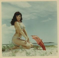 Bettie Page - Beach Bum Bettie Page Photos, Rockabilly Pin Up, Lost In Translation, Tumblr, Cultura Pop, Pin Up Style, Girl Next Door, Beach Babe, Sensual