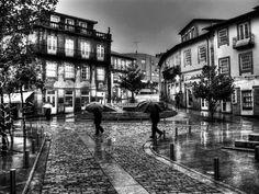 """Boa tarde :D O Largo da Lapa em Arcos de e dia de chuva numa fotografia já anteriormente publicada mas desta vez em modo """"preto & branco."""