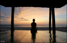 P.- Definitivamente, Maestro, ¿quién no sabe meditar no disuelve el Ego? R.- No, pues no puede comprenderlo. Si no hay comprensión, ¿cómo podría nadie disolver el Ego? Primero es necesario adquirir…