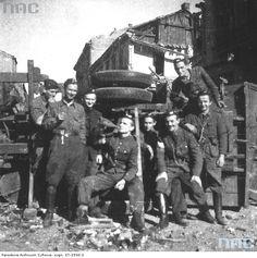 Soldiers of the 3rd Platoon of the assault Company of Battalion 'Kiliński' at the barricade at the  intersection of ul. Krochmalna and ul. Gryzbowska. From left to right: Stanisław Wielgo 'Karcz',  Modest Abratański 'Szatan', Zbigniew Szostkiewicz 'Bohun', Wojciech L. Strzyżewski 'Jontek',  Stefan Rek 'Granit', Wojciech Wyczański 'Wojczan' Tadzeusz Załucki 'Józków', strz. Zdzisław  Jarzęcki 'Witold'.