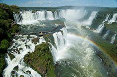 Foz do Iguaçu é um tesouro nada escondido, mas ainda pouco explorado pelos brasileiros. São mais de 270 quedas d'água, espalhadas por 225 mil hectares de Parque Nacional. Um cenário de cair o queixo, que proporciona, além de fotos belíssimas, experiências de ecoturismo, observação de animais silvestres e esportes radicais para todas as idades.