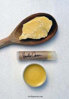 Cocoa vanilla lip balm recipe + DIY instructions Source by lipbalmrecipe Homemade Lip Balm, Diy Lip Balm, Homemade Skin Care, Homemade Beauty, Homemade Things, Diy Beauty Makeup, Lip Balm Recipes, Salve Recipes, Diy Lotion