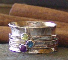Quel plaisir dun petit bijou pour orner votre doigt !  Ce doux petit anneau de cône dhélice sera fabriqué pour vous dans votre taille demandée à la main.  Jai main fabriquer la bande anneau en argent sterling. Si vous souhaitez que votre bague personnalisée avec des noms ou mots sil vous plaît contactent pour les prix.  3 bandes mince anneau sont ornés dune douce petite pierre gemme naturelle dans votre choix de Pierre (voir la liste ci-dessous pour le choix de la pierres) . Ils reposent…