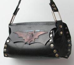 Vegan purse,Vegan handbag It doesn't matter if you Bat for the other side ☺ .this bag is for everyone! Alternative Fashion, Alternative Style, Vegan Purses, Barrel Bag, Vegan Handbags, Halloween Accessories, Halloween Outfits, Guys And Girls, Bag Making