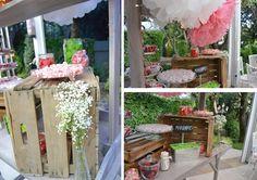 Candy Bar diseñado por Dimeic: carrito de madera vintage con cajas antiguas y menaje de cristal