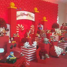 Caixotes vermelhos e listrados de vermelho e branco para  os doces. Fazer ilhas pela festa.