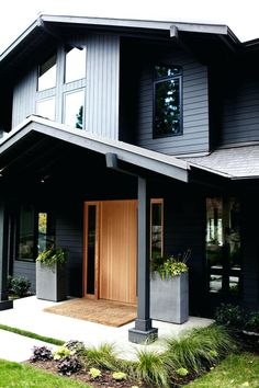 Sleekness in Seattle: Modern Garden Midcentury House Modern yet classic exterior. Love the front door.sketchpadhous for amazing house plans! The post Sleekness in Seattle: Modern Garden Midcentury House appeared first on Garden Easy.