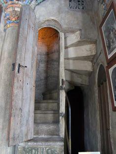 Not secret, but it's cool. Unique Doors, Secret Places, Italy Travel, Entrance, Stairs, Windows, Mirror, Cool Stuff, Home Decor