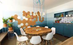 Sala de jantar com mesa rústica e parede com efeito degradê azul. Fonte: Decora @canalgnt