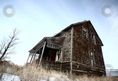 Abandoned old farm house in winter. I love the pic's angle. Abandoned Farm Houses, Old Abandoned Buildings, Unusual Buildings, Old Farm Houses, Old Buildings, Abandoned Places, Abandoned Property, Creepy Houses, Spooky Places