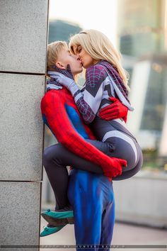 spider-man and Gwen kissing - Guyar(Foxman) Spider Gwen Cosplay Photo - WorldCosplay