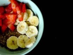 Voici une recette ultra rapide et facile de Bowl cake gourmand et sans oeufs ! Avec des pépites de chocolat et quelques fruits ! Un régal !
