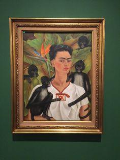 """Autorretrato com macacos, 1943. A equipe do Ideias conferiu a exposição """"Frida Kahlo – conexões entre mulheres surrealistas no México"""", sobre a pintora mexicana Frida Kahlo, que acontece no Instituto Tomie Ohtake, em Pinheiros, São Paulo. A mostra disponibiliza ao público 33 obras da artista: 20 telas, entre elas seis de seus autorretratos, e 13 em papel – nove desenhos, duas colagens e duas litografias."""