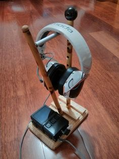 10 Super Creative DIY Headphone Stand Ideas (Some are from Recycled Materials) Best In Ear Headphones, Diy Headphones, Diy Headphone Stand, Headphone Amp, Audiophile, Recycled Materials, Headset, Diy And Crafts, Recycling