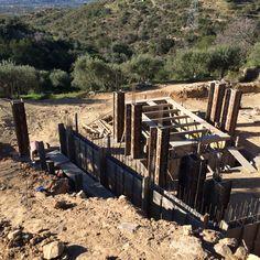 Vrijdag 30januari 2015. Alles staat klaar voor het beton. Door een misverstand is de grote betonpomp naar de Spaanse grens gestuurd. Helaas niets aan te doen vandaag. Dus maandag word er beton gestort.