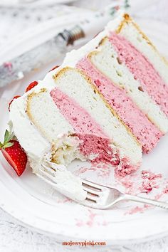 Strawberry cake 'Heaven' (translated) basically angel food cake in circle pans and a thick marscapone strawberry frosting for the other layers. Strawberry Birthday Cake, Strawberry Cakes, Strawberry Recipes, Strawberry Frosting, Strawberry Filling For Cake, Food Cakes, Cupcake Cakes, Sweet Recipes, Cake Recipes