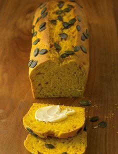 Von Kürbis können wir im Herbst nicht genug bekommen: Heute verbacken wir ihn in einem köstlichen, herzhaften Brot!