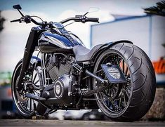 The Prison Break from the 2018 Softail collection with its simple high-gloss painting and discreet outlines is once again an elegant custom conversion. Custom Moped, Custom Bobber, Custom Baggers, Custom Choppers, Custom Bikes, Harley Davidson Softail Slim, Harley Fatboy, Harley Bikes, Bobber Motorcycle