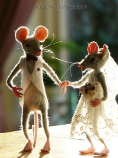 Life sized wedding mice. Needle felted by Bianca of Felted-Friends.com. Do you have a wedding coming up? Contact me and see what I can do for you!