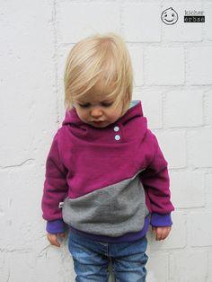 """Baby- und Kleinkind Hoodie """"Geo Beere"""" aus warmem Sweater Material mit gemütlicher Kapuze.  Der Hoodie besticht durch seine auffallende Farbwirkung und seinen lässigen Schnitt. Das Futter der..."""