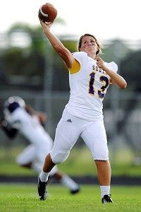 Erin DiMeglio - Gridiron Girl Erin DiMeglio isnt your average football player-- shes the first girl to suit up as a quarterback for a high school team in Florida. Girls Playing Football, Girl Football Player, Football Girls, Football Players, Football 101, High School Games, High School Football Games, Legends Football, Basketball