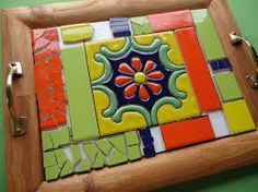 Resultado de imagen para diseños de mosaiquismo en bandejas Cement Crafts, Mosaic Crafts, Mosaic Projects, Mosaic Tray, Mosaic Wall Art, Mosaic Glass, Mosaic Designs, Mosaic Patterns, Vitromosaico Ideas