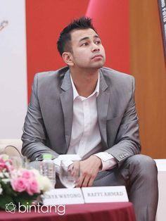 "Putra pertama Raffi Ahmad dan Nagita Slavina, Rafathar Malik Ahmad semakin banyak tawaran komersil tampil di layar kaca. Menurut Raffi, anaknya kini telah berpenghasilan hingga Rp 2 Miliar. ""Lumayan iklan dua miliar produk aku sendiri. Aku bikin produk snack nah bintangnya Rafathar, sudah berpenghasilan dia,"" ucap Raffi Ahmad.  (Nurwahyunan/Bintang.com)  #RaffiAhmad #Selebritis #Entrepreneur #Bintang #Indonesia Celebs, Mens Fashion, Blazer, Reading, Fictional Characters, Random, Style, Men Fashion, Celebrities"