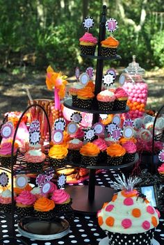L's 1st bday? Black/orange for Halloween, and pink for a girl.. love it!