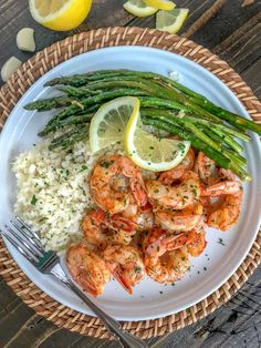 Lemon Garlic Butter Shrimp with Asparagus - this is an easy light and healthy dinner option that is cooked in one pan and can be on your table in 15 minutes. Buttery shrimp and asparagus flavored with lemon juice and garlic. Only 309 calories per serving Healthy Dinner Options, Healthy Meal Prep, Healthy Snacks, Healthy Eating, Healthy Recipes, Healthy Drinks, Healthy Easy Food, Healthy Dinner Meals, Diet Recipes