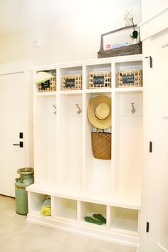 Small Entryway Storage Hall Traditional with Baskets Bench Cubbies Entry Entryway Coat Rack, Entryway Storage, Porch Storage, Storage Area, Small Storage, Storage Baskets, Locker Designs, Hall Design, Room Planning