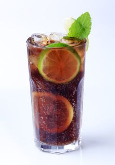 I Like my drinks strong, like this one! Long Island Iced Tea: An alcoholic drink that is considered to be quite potent since it is a mix of vodka, white rum, gin and tequila. Cocktail Drinks, Alcoholic Drinks, Beverages, Cocktail Recipes, Long Island Iced Tea Recipe, Cuba Libre Cocktail, 21 Day Fix Desserts, Healthy Desserts, In Vino Veritas