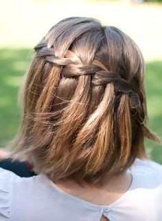 Peinados de pelo corto para invitadas trenza cascada
