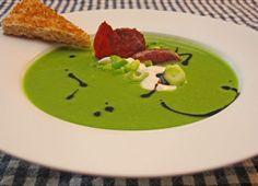 Grønn ertesuppe smaker nydelig, og trenger nesten ingen forberedelser. Dermed den perfekte hverdagssuppen. Grønn ertesuppe er en god suppe i seg selv, men med få små grep hever du den mye. Da har du skapt en aldeles utsøkt suppe.