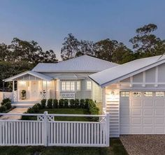 White Hamptons-style home in Brisbane Queensland house facade, Stunning Hamptons/Queenslander-Style Home in Brisbane Die Hamptons, Hamptons Style Homes, Queenslander House, Weatherboard House, Style At Home, Carport Designs, Facade House, House Goals, House Front
