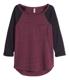 Top in jersey with 3/4-length raglan sleeves. Chest pocket, sewn cuffs on sleeves, and rounded hem. Slightly longer at back.